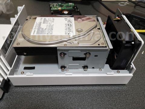 DS220jのHDDを1台外した。